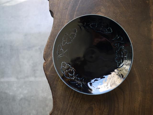 阿部春弥 瑠璃陽刻牡丹文7.5寸皿